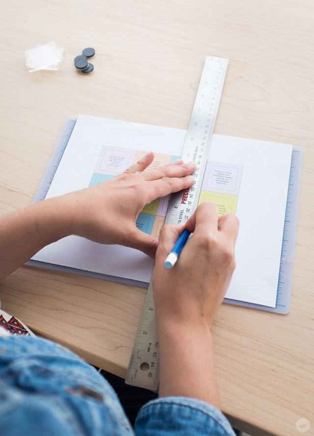 Découpe des aimants à l'aide d'un couteau et d'une règle artisanaux