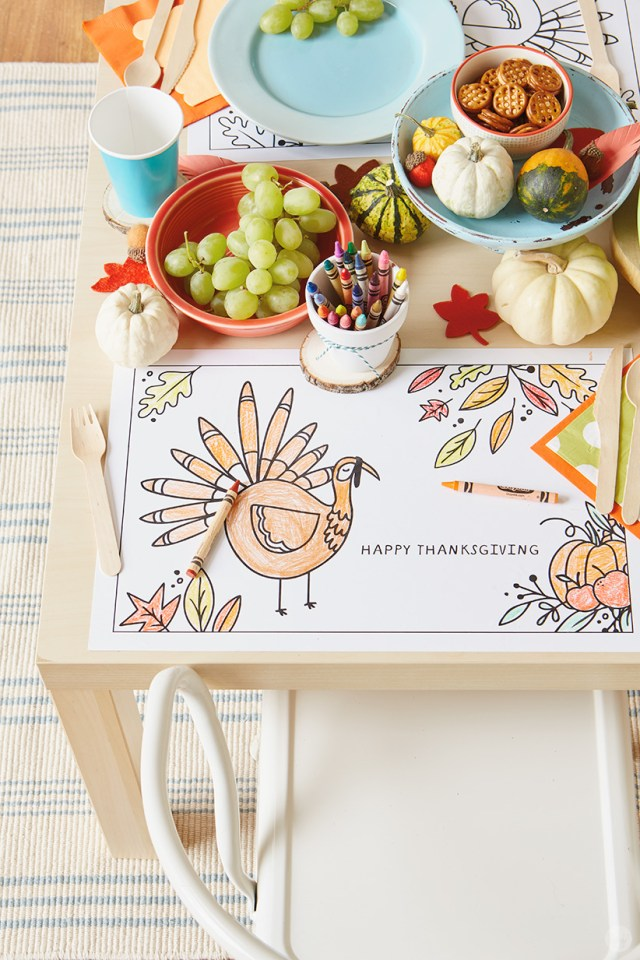 """Thanksgiving Kids' Table Crafts: Placemat with cartoon turkey and """"HAPPY THANKSGIVING"""" message"""