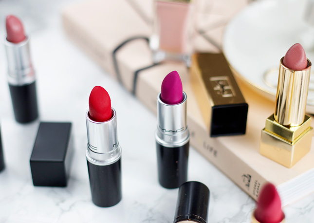 long-lasting-lipstick-application