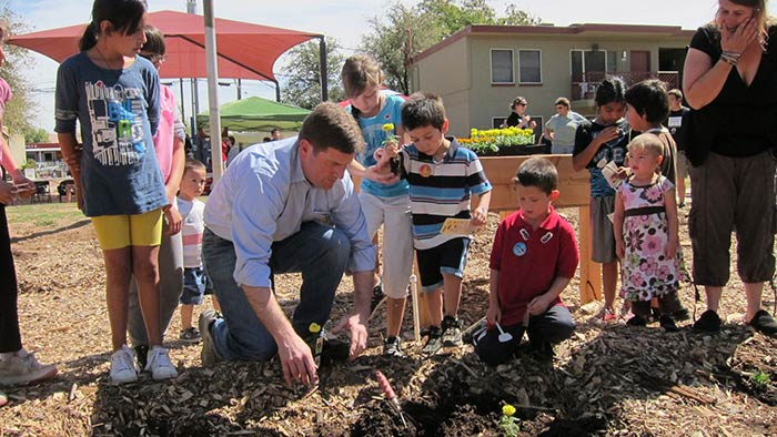 Mayor Stanton volunteering