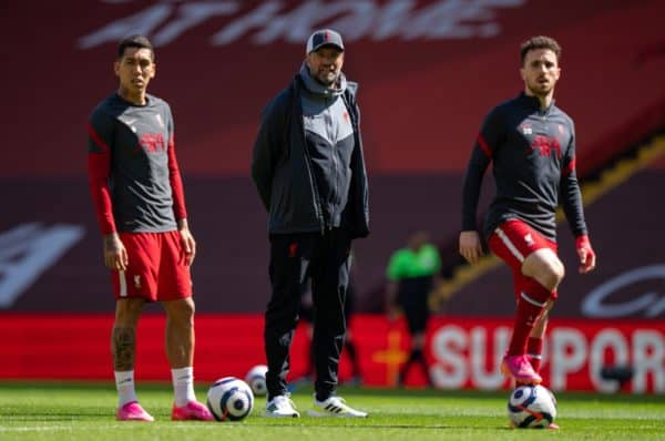 LIVERPOOL, ENGLAND - Saturday, April 24, 2021: Liverpool's manager Jürgen Klopp (C) with Roberto Firmino (L) and Diogo Jota (R) during the pre-match warm-up before the FA Premier League match between Liverpool FC and Newcastle United FC at Anfield. (Pic by David Rawcliffe/Propaganda)