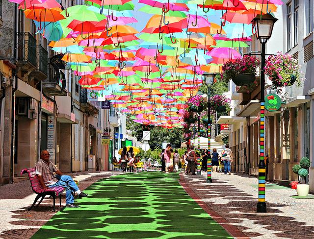Un dosel de paraguas coloridos paraguas encontrado en Portugal instalación Portugal