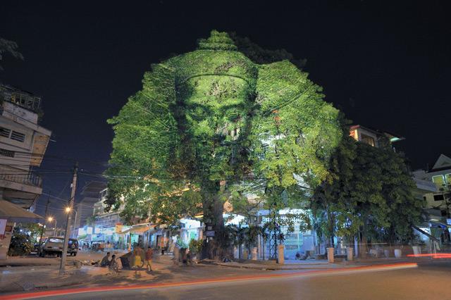 Árvores do Camboja: Divindades digitalmente projetado e Sprits nas ruas do Camboja projeção digital de árvores Camboja