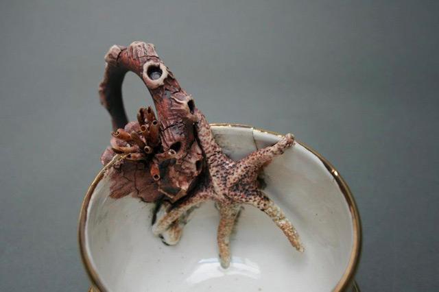 Alimentadores de fundo: objetos de cerâmica incrustada com a vida marinha por Mary OMalley escultura oceano natureza cerâmica