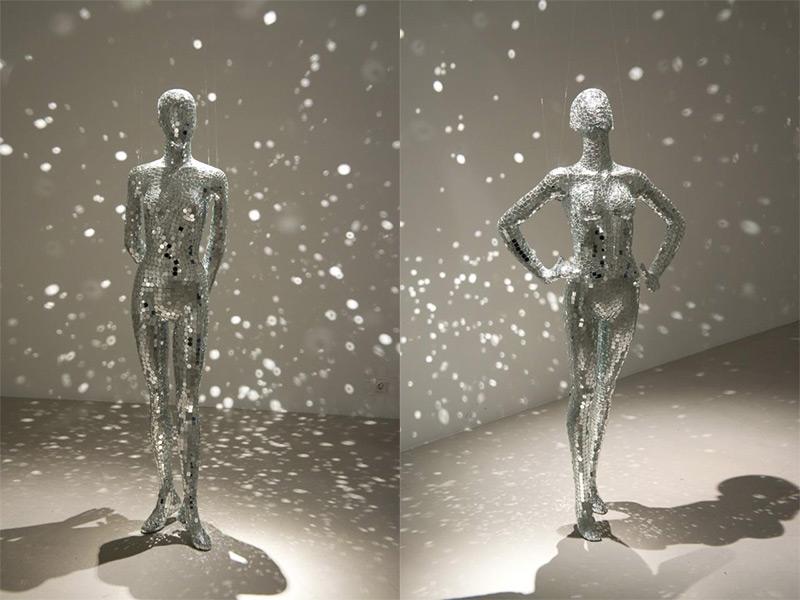 Mobile Spiegels: Manequins Behandeld in Mirror Shards door Lilibeth Cuenca Rasmussen sculptuur reflectie weerspiegelt consumentisme