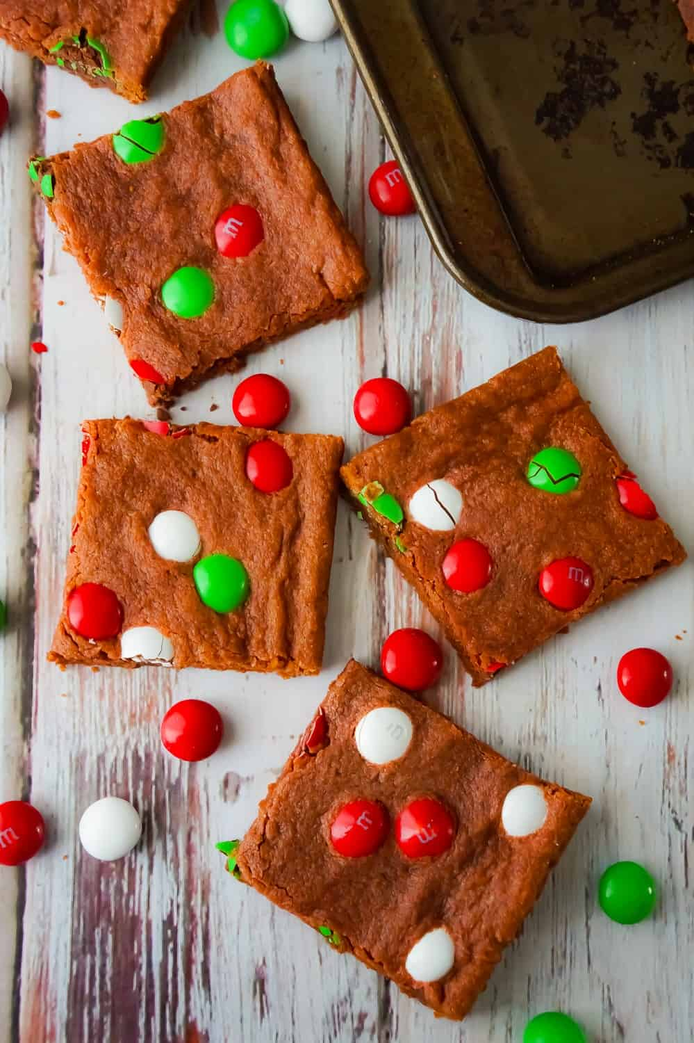 Mint Chocolate Sugar Cookie Bars are an easy Christmas cookie recipe using instant chocolate pudding mix. These chocolate sugar cookies are loaded with mint flavoured Christmas M&Ms.