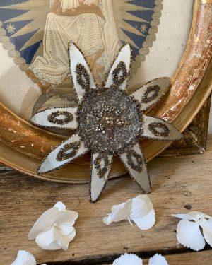 ancienne broderie fleur du 19eme decor de perles