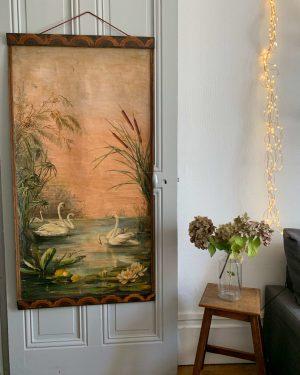 ancienne et grande toile des années 20 décor de lac et de cygnes