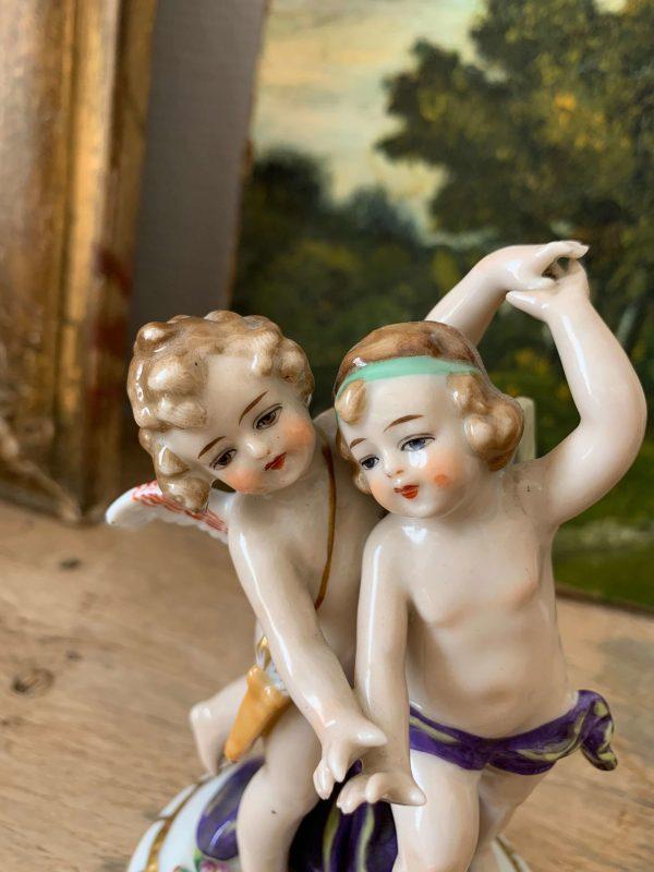 ancien sujet d'anges putti en porcelaine