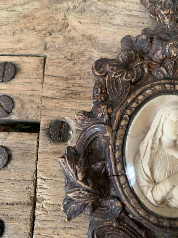 ancien bénitier en bois sculpté et platre pétrifié vierge à l'enfant