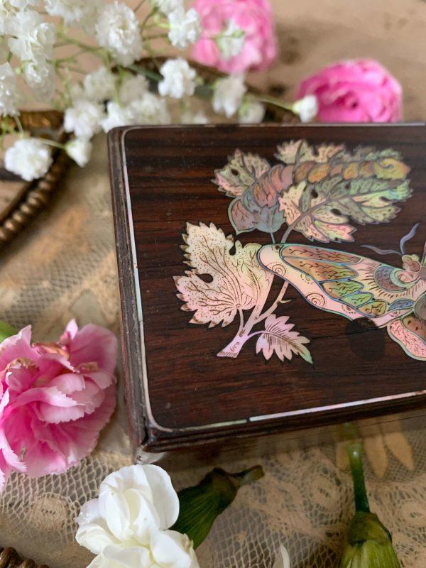 ancienne boîte en bois décor de papillons en nacre 19ème