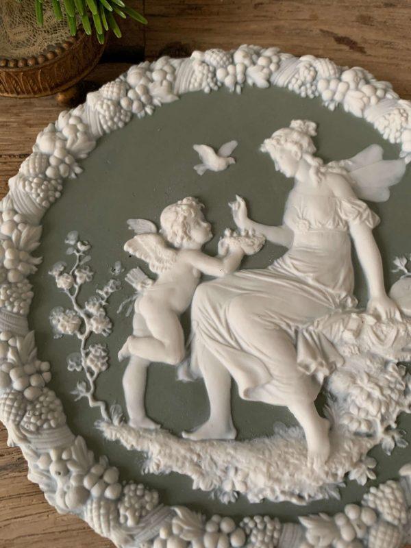 ancien médaillon en biscuit décor d'anges style wedgwood