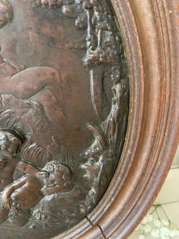 ancien cadre en cuivre decor anges embossé