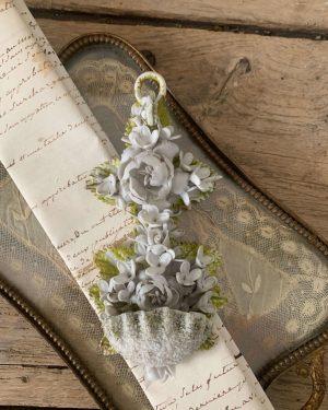 ancien-benitier-fleurs-biscuit