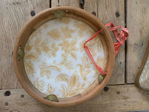ancienne peinture de fleurs sur tambourin