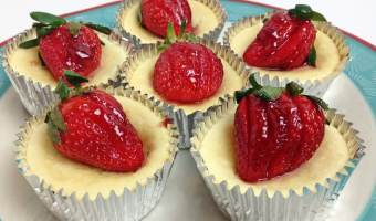 Mini Cheesecake Cups with Strawberries #ChristmasSweets