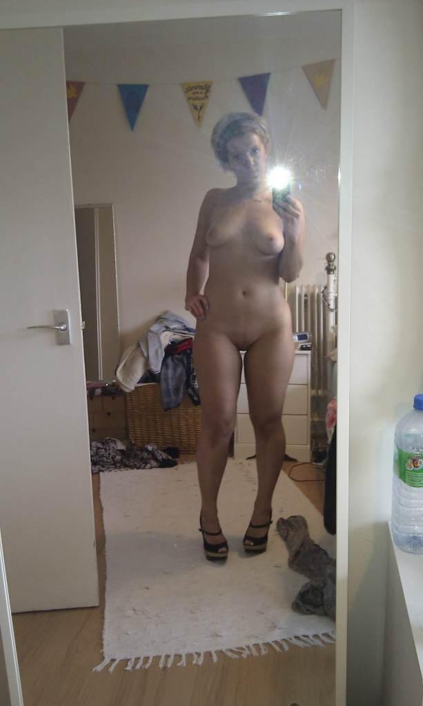 naked mirror selfie