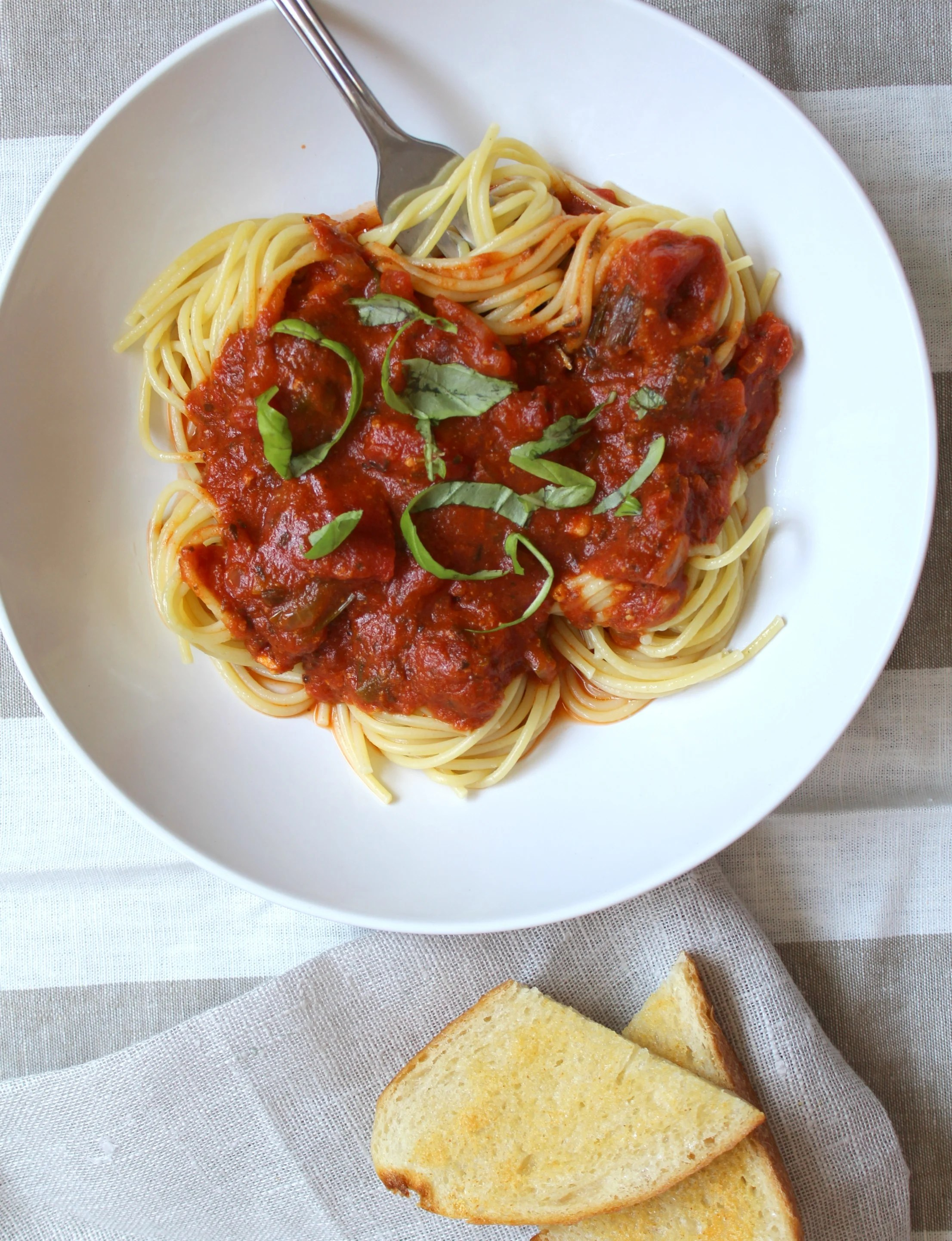 This Spicy Marinara Sauce is full of fresh veggies and has tons of flavor | VEGAN + GF | ThisSavoryVegan.com