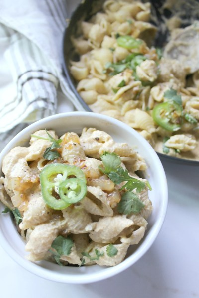 This 3 Pepper Vegan Mac and Cheese is creamy and spicy! | ThisSavoryVegan.com