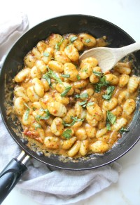 This Creamy Vegan Sun-Dried Tomato Pesto Gnocchi is a flavor explosion with fresh basil, marinated tomatoes and garlic. Ready in just 20 minutes! | ThisSavoryVegan.com