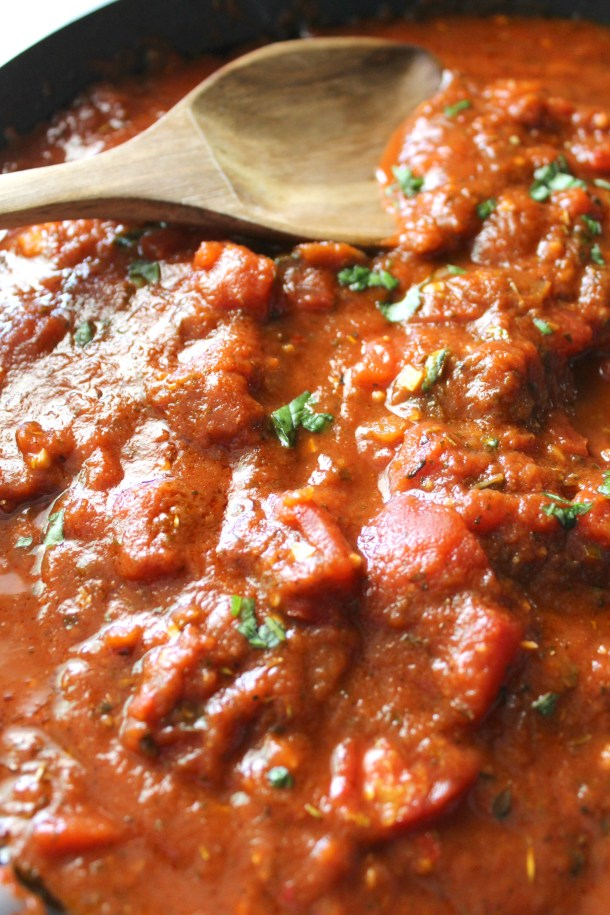 This10 Minute Vegan Marinara Sauce requires just six ingredients and one pan. Perfect for a quick pasta dinner or served with garlic bread | ThisSavoryVegan.com #thissavoryvegan #vegan #veganrecipe #marinara