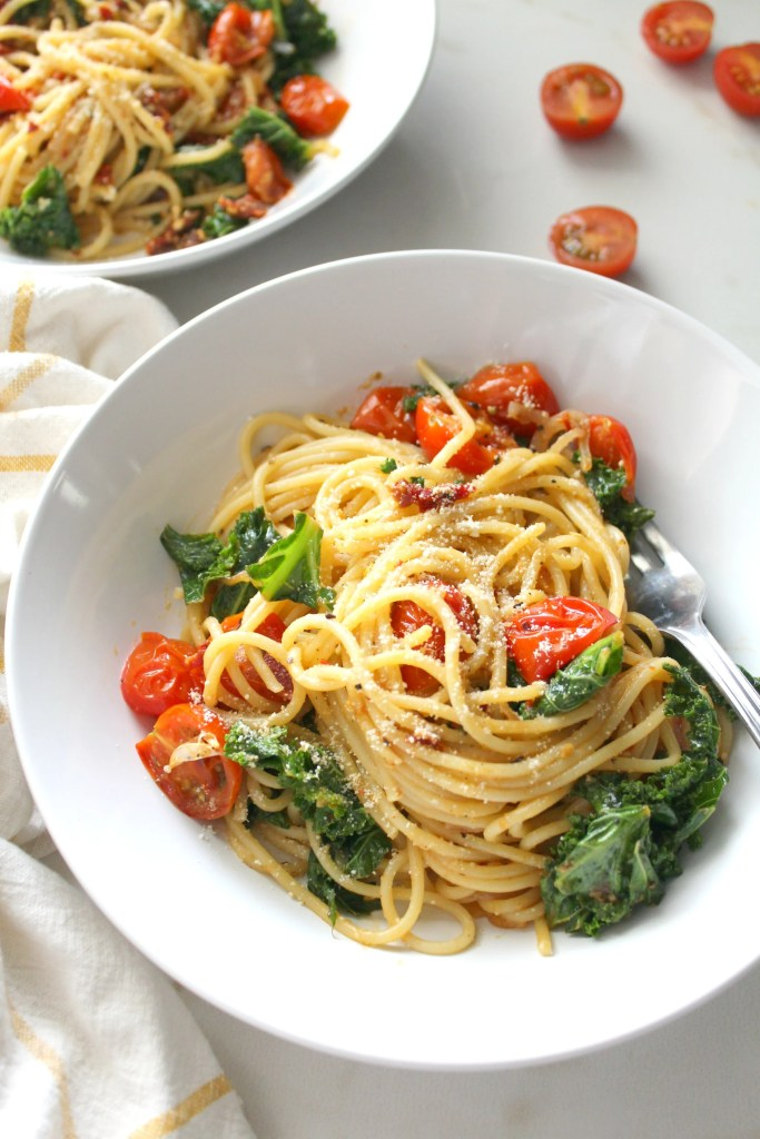Keep dinner simple and delicious with this One Pot Kale, Tomato & Garlic Spaghetti. A simple vegan pasta dish that is packed full of veggies and bright flavors | ThisSavoryVegan.com #thissavoryvegan #veganpasta #plantbased