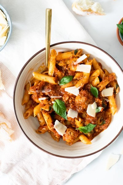 Garlic lovers unite - this Garlic Lovers Vegan Pasta is everything you could ever want. 15 cloves of garlic and vegan sausage make this pasta extra delicious   ThisSavoryVegan.com #thissavoryvegan #veganpasta #veganmeatballs