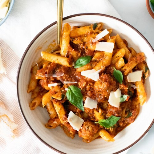 Garlic lovers unite - this Garlic Lovers Vegan Pasta is everything you could ever want. 15 cloves of garlic and vegan sausage make this pasta extra delicious | ThisSavoryVegan.com #thissavoryvegan #veganpasta #veganmeatballs