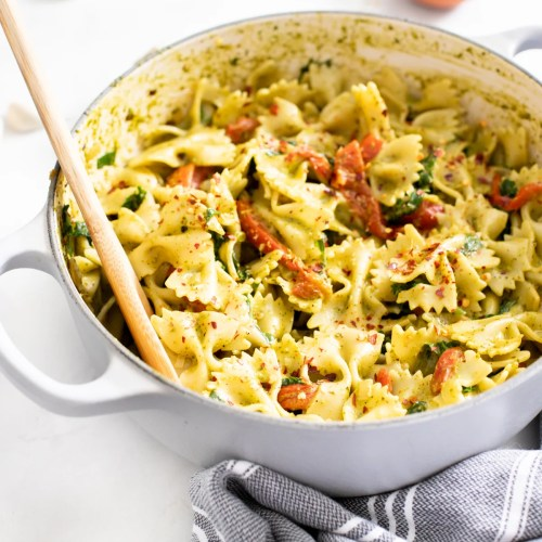 This Creamy Vegan Pesto Pasta is loaded with roasted red peppers, kale, fresh basil and lemon zest. A one-pot vegan dinner that is ready in 30 minutes | ThisSavoryVegan.com #thissavoryvegan #veganpasta #pestopasta