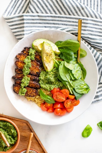 These Crispy Tempeh & Pesto Quinoa Bowls are filled with greens, cherry tomatoes, lemon pepper tempeh, avocado and vegan kale pesto | ThisSavoryVegan.com #thissavoryvegan #quinoabowls #vegandinnerideas