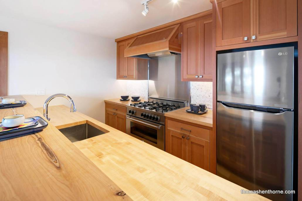 125 Bayview Drive income unit kitchen