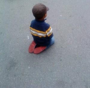 Sinnbildlich: ein Kind, das nicht mitspielen darf