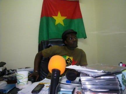 Sams'K Le Jah dans son ancien bureau à Ouaga FM (Photo Mathieu Masson)