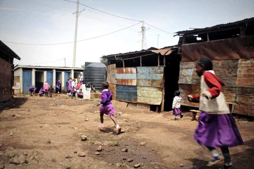 Kinder auf einem Schulhof im Slum Korogocho in Nairobi. © Tom Rübenach