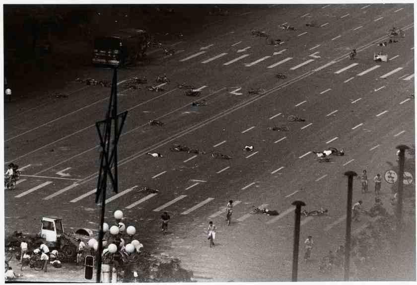 Schwarzweiß-Foto von Kan Tai Wong: Leichen liegen verstreut auf dem Tiananmen-Platz in Peking im Juni 1989.