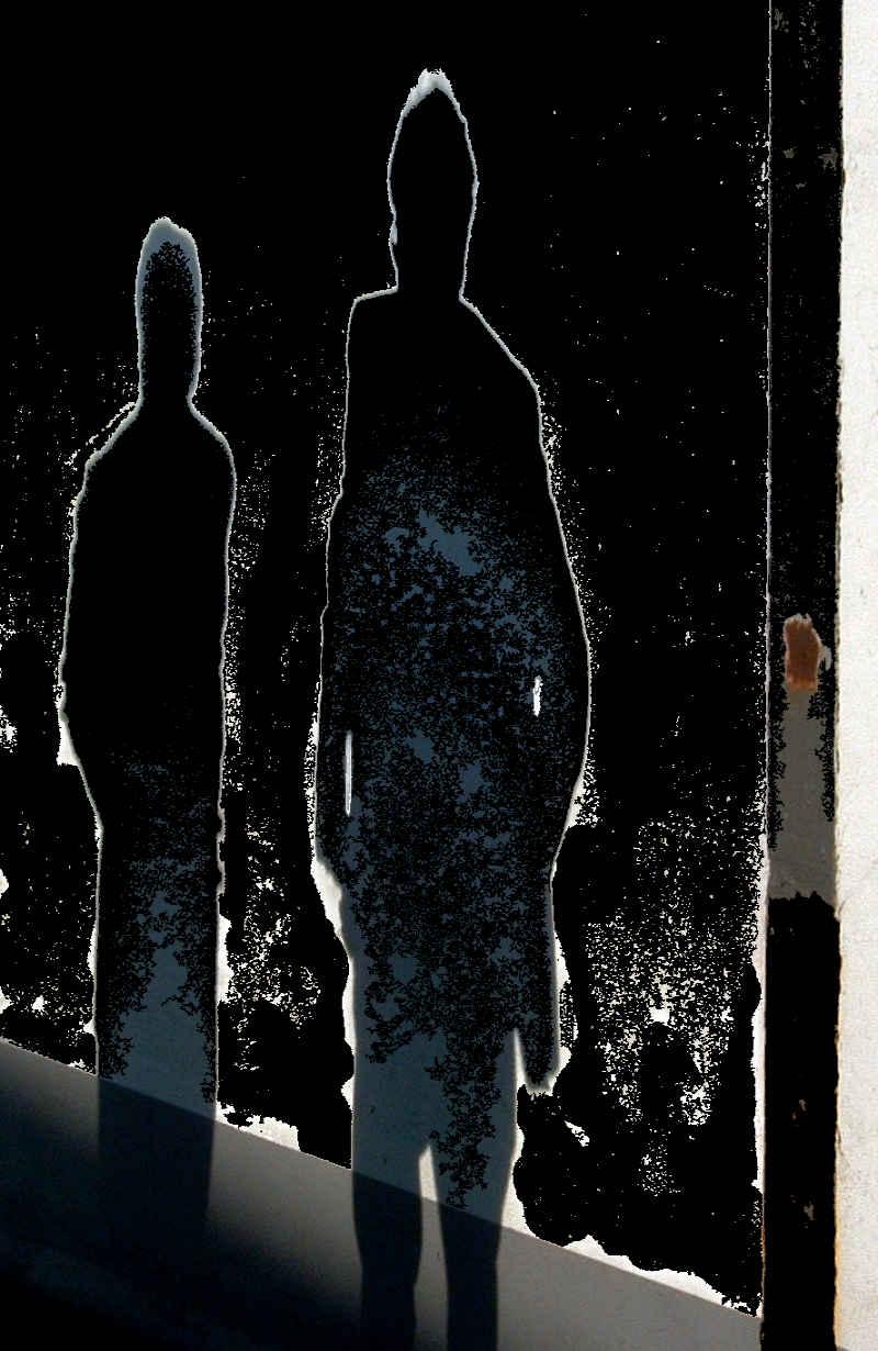 Zwei dunkle Gestalten von hinten, die kaum erkennbar sind - Auschwitz-Leugner von ganz rechts. © Tom Rübenach