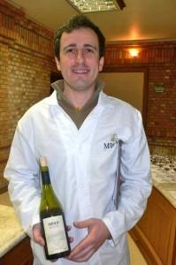 l'œnologue de chez Miolo, Miguel Angelo Vicente Almeida, est fier de son pinot noir médaillé à Sierre.