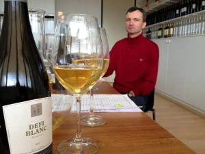 Luc Sermier en pleine séance d'assemblage: plus de 120 échantillons pour 5 vins.
