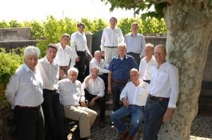 Sur cette photo, qui date un peu, on reconnaît, de g. à dr., Heni Chollet, Jean-François Neyroud-Fonjallaz, Louis-Philippe Bovard (assis, lunettes), Pierre Monachon, Rodrigo Banto, Raymond Paccot (assis, le coude sous le menton), Raoul Cruchon (juste derrière), Pierre-Luc Leyvraz, Christian Dugon (chemis bleue), Charles Rolaz (chemise grise), Philippe Gex (assis), Philippe Charrière (ancien régisseur du Domaine de Marcelin) et, appuyé à l'arbre, Blaise Duboux, président d'Arte Vitis dès le départ, en 2002.