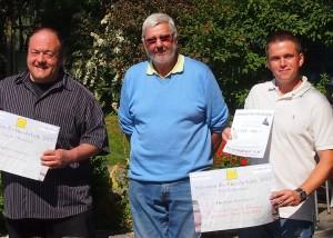 De g. à dr., Jean-Daniel Chervet, du Domaine Chervet, Jürg Junker et Stéphane Simonet, respectivement responsable viticole et des vinifications à la Cave de l'Etat de Fribourg.