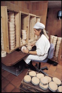 L'emboîtage du fromage, une opération manuelle