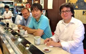 Dans un bar à sushis du marché aux poissons, de g. à dr., Pierre Thomas, Katuiyuki Tanaka et Chandra Kurt, trois auteurs d'ouvrages sur le vin...