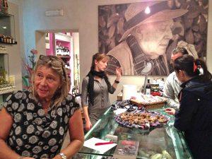 Fille du «trifolao» Lidio Trucco (en photo dans le fond), Luciana vend des truffes tout l'hiver à la via Pertinace 12m à l'enseigne de Tartufi & Co.