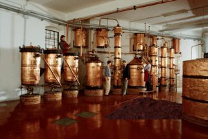 L'alambic à grappa permet plusieurs passages pour affiner la distillation.