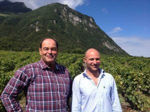 Dans le vignoble des Evouettes, Marco et François.