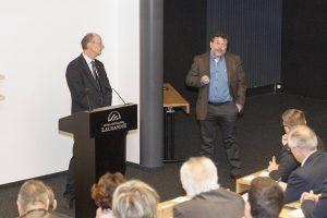 J.-C. Vaucher, à g., et M. Chapoutier, à dr., à l'Ecole hôtelière de Lausanne. (photo OVV)