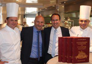 Dans la cuisine de Crissier, B. Violier, à dr., à côté de David Genolet, directeur du Centre d'expositions de Martigny et F. Giovannini, à g.