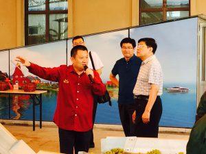 Le boss présente la cave de Taila aux autorités locales.