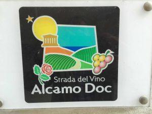 La DOC Sicilia prend le pas sur les anciennes DOC locales, comme pour le vin blanc d'Alcamo.