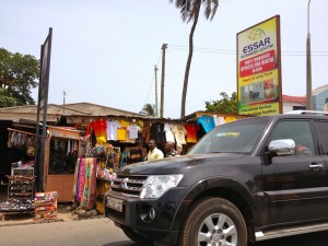 Gros 4 x 4 et vendeurs de rue à Osu (ex-Oxford Street), quartier branché d'Accra